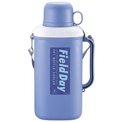 凍らしたペットボトルドリンクをクーラーBOXにい …