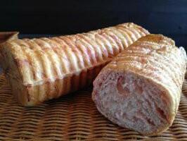 【あまおうの苺ラウンド】あまおうの苺ペーストを何層にも折り込みんだラウンド型パン。