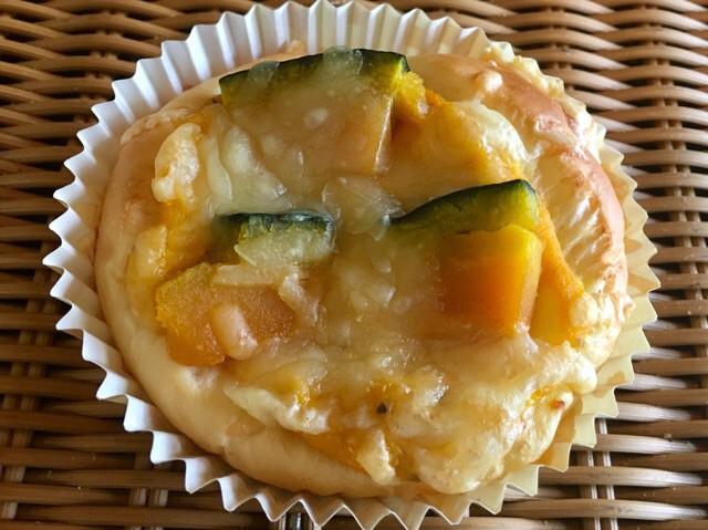 【かぼちゃのチーズ焼き】ふわふわやパンにかぼちゃサラダとかぼちゃをトッピング秋限定の惣菜パン