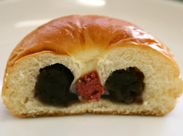 【黒あんパン】甘さを抑えた黒あんは北海道産の特級大納言。桜の花の塩漬けがあんの甘さを引き立てます(1個約80g)