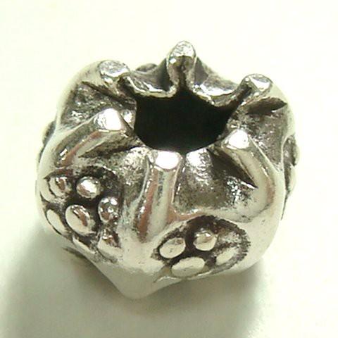 シルバーパーツ 1個で1セット 直径7.3mmタイプで小さなお花のような模様の小さいシルバー925製の果物のようなかぼちゃのような形のビ
