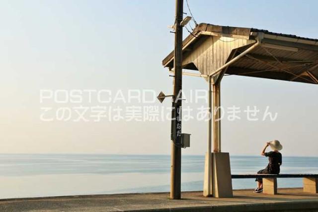 【日本のポストカードAIR】愛媛県 夕方の下灘駅と女性の風景のはがきハガキ葉書 撮影/YOSHIO IWASAWA