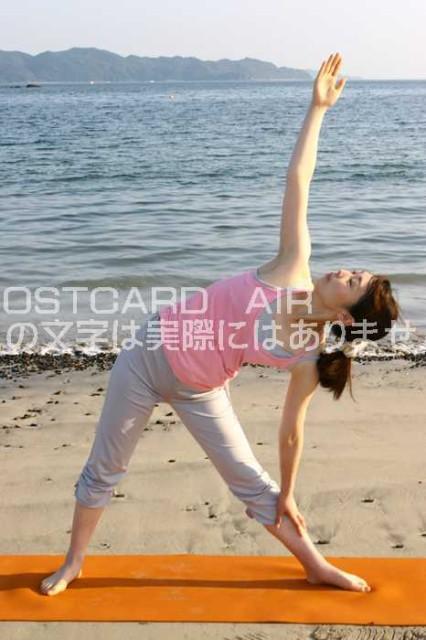 【ポストカード】海辺でヨガをしている女性1の絵葉書ハガキはがき photo by MIRO