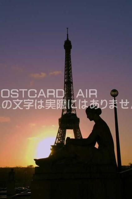 【限定ヨーロッパポストカード】フランスパリエッフェル塔と女性 朝焼けの街ハガキはがき絵葉書