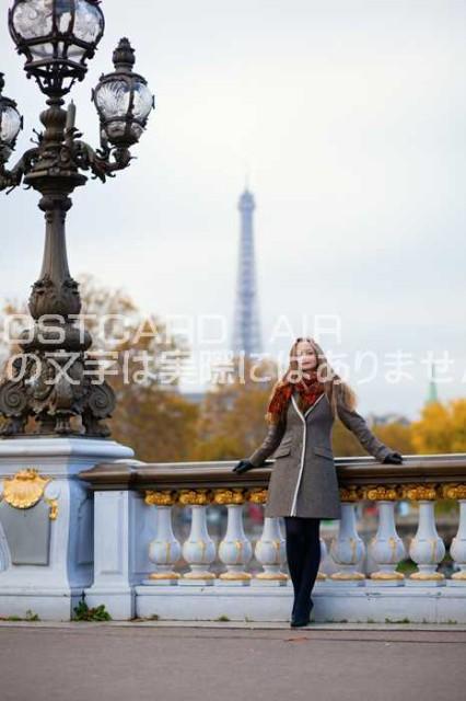 【ヨーロッパポストカード】フランスパリエッフェル塔と女性 秋のハガキはがき絵葉書