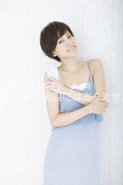 【女性のポストカード】美しい女性が腕を組んで立っているのはがき絵葉書