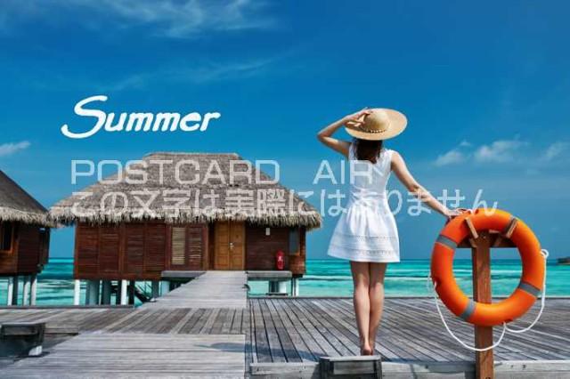 【夏の風景ポストカード】「Summer」海を眺める麦わら帽子の女性とバンガローのハガキ。絵葉書