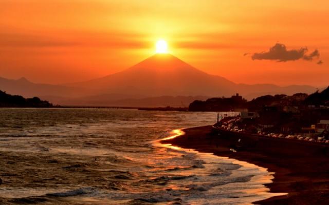 絵画風 壁紙ポスター 神秘的な夕焼けのダイヤモンド赤富士 夕陽 富士山と波打ち際 パワースポット FJS-063W2 (ワイド版 603mm×376mm)