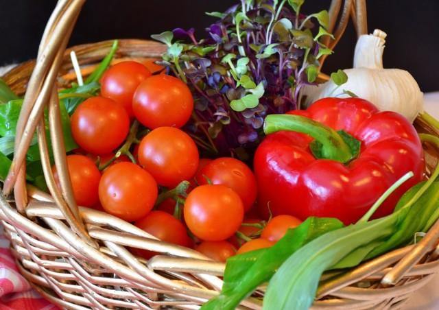絵画風 壁紙ポスター ピーマンとプチトマトの鮮やかなコンビネーション クレス 野菜 バスケット FVEG-009A1 (A1版 830mm×585mm)