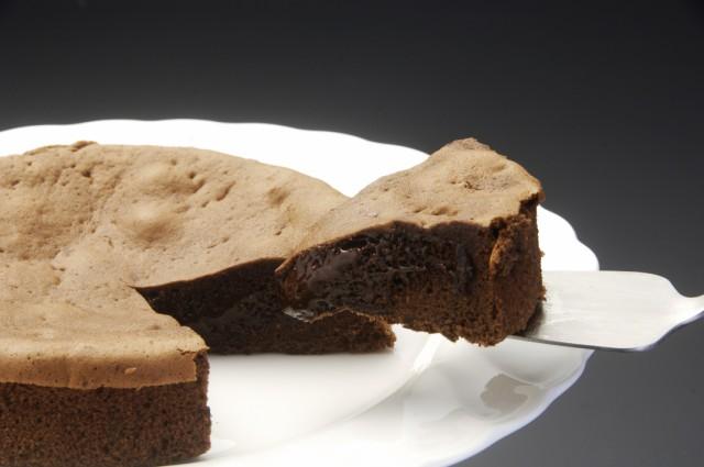 半熟生カステラ ショコラ。とろけるおいしさ。ふわっと香るショコラの香りと濃厚な味わい。とろけるショコラが食欲をそそります。