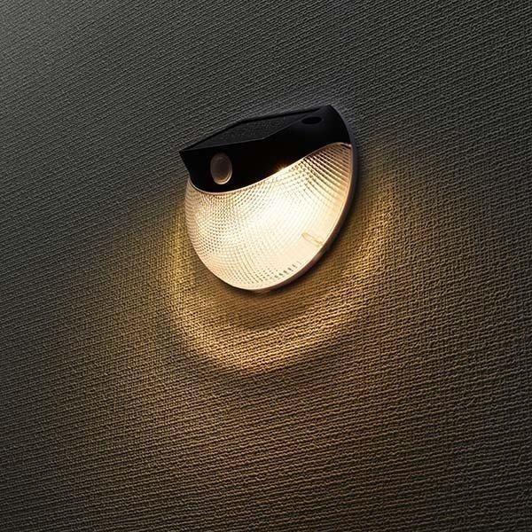 ledセンサーライト ledライト ソーラー 110lm ledセンサーウォールライト 常夜灯に自動切替え ソーラー発電式 ウォールライト 黒 オーム