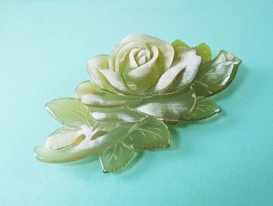 白水牛 薔薇 ブローチ(のし等ギフト対応無料 )縦50×横90ミリ 大ぶり 落下防止シリコン付 透かし入り 一手間かけた ばらの花 おしゃれ