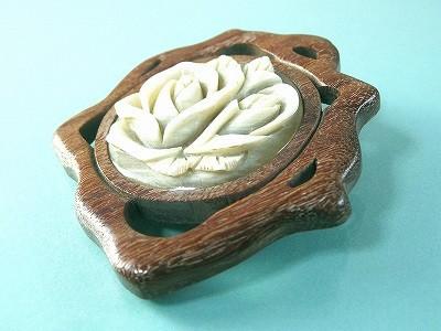 白水牛 薔薇 木製透かし台 ブローチ 落下防止シリコン付