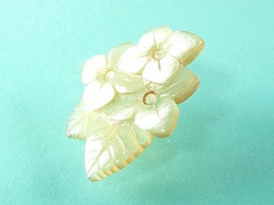白水牛 三輪の花 ピンブローチ (ギフト対応無料)天然素材 軽い 手彫り バッファローホーン おしゃれな女性に ハンドメイド