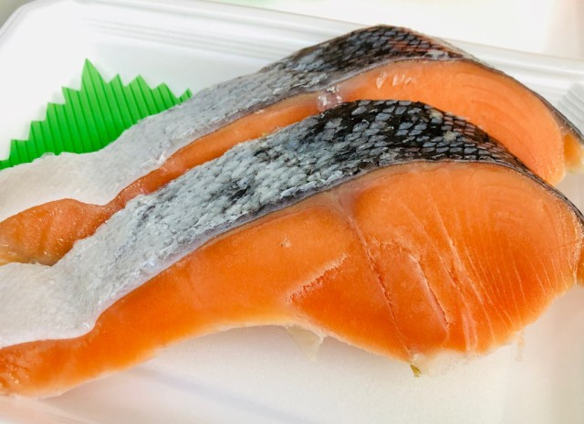 銀鮭 中辛 10切れ【チリ産・1切れ80g〜】脂あります。インジェクション加工はしておりません!【冷凍便】