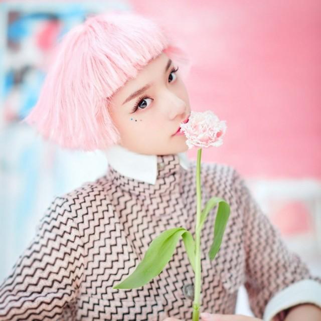つらの女の子のほうきんの頭の短い髪チー劉海四回ふわふわの桃の粉の短いストレートの髪
