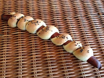 一本の長いソーセージとゴマのパン[くるくる棒 ]