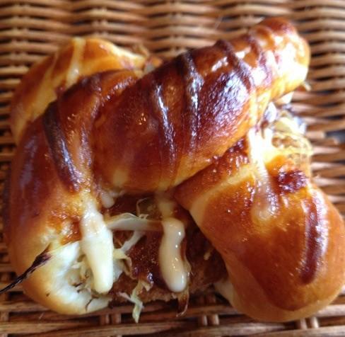 牛肉コロッケを丸々一つパンでくるんだ惣菜パン[コロッケロール ]