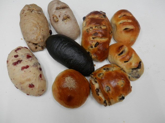 奇跡の30年自家製天然酵母パン  セットZ。食べやすい大きさの個性派ぱんのセットです。すべて美味しい無添加ぱんです。