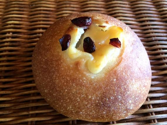 外はカリッと中はもっちりのフランスパンの中にクランベーリーとクリームチーズを入れて焼き上げた[クランベリー&クリームチーズ ]
