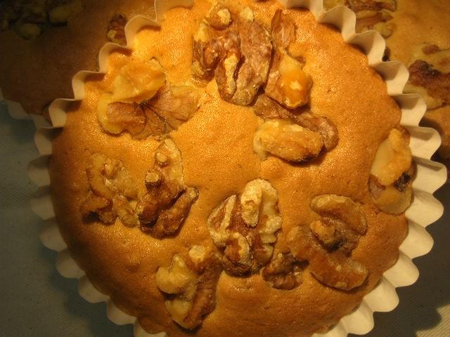 胡桃のマドレーヌ。贅沢に胡桃がいっぱいの無添加ケーキで生地の美味しさを味わって下さい。