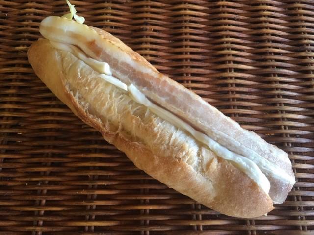 たっぷりな濃厚4種のチーズクリームとベーコンのフランス系パンのサンド[クワトロチーズのベーコンサンド ]